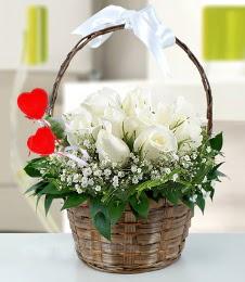 Sepet içerisinde 7 adet beyaz gül  Ankara anneler günü çiçek yolla