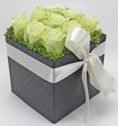 9 adet beyaz gülden özel kutu çiçeği  Ankara anneler günü çiçek yolla