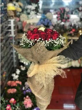 12 adet kırmızı 1 adet beyaz gül buketi  Ankara hediye çiçek yolla