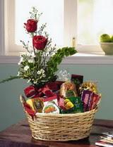 Ankara online çiçekçi , çiçek siparişi  sepet te çikolata ve gül