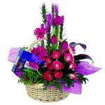 çikolata ve sepette çiçek   Ankara İnternetten çiçek siparişi