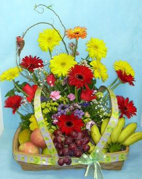 Ankara güvenli kaliteli hızlı çiçek  sepet içerisinde meyva ve çiçekler