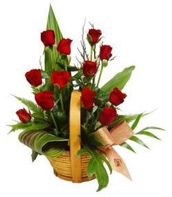 Ankara güvenli kaliteli hızlı çiçek  sepet içerisinde 12 adet kirmizi gül - özel kisiler siparisi ideal -