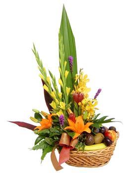 Ankara hediye sevgilime hediye çiçek  SEPET IÇERISINDE MEVSIM ÇIÇEK VE MEYVALARI