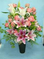 Ankara hediye sevgilime hediye çiçek  cam vazo içerisinde 21 gül 1 kazablanka
