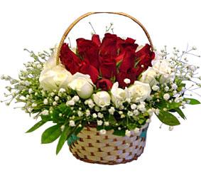 Ankara online çiçek gönderme sipariş  Sepet içerisinde kirmizi ve beyaz güller ile hazir