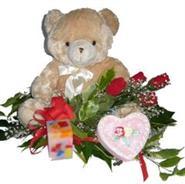 Ankara kaliteli taze ve ucuz çiçekler  4 adet gül , oyuncak , mum ve kutu çikolata