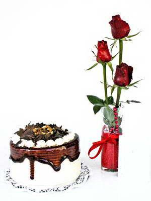 Ankara çiçek satışı  3 adet gül cam yada mika vazoda  ve yaspasta