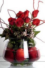 Ankarada çiçek gönderme sitemiz güvenlidir   12 adet kirmizi gül ve altinda sürpriz meyva