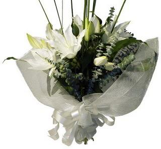 Ankara 14 şubat sevgililer günü çiçek  2 dal kazablanka çiçek buketi