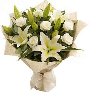 Ankara çiçek siparişi sitesi  3 dal kazablanka ve 7 adet beyaz gül buketi