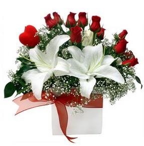 Ankara 14 şubat sevgililer günü çiçek  1 dal kazablanka 11 adet kırmızı gül vazosu
