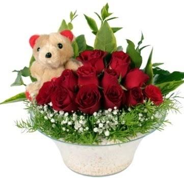 Cam tabakta 7 adet kırmızı gül ve küçük ayı  Ankara 14 şubat sevgililer günü çiçek