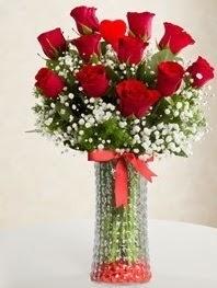 Cam vazoda 11 adet kırmızı gül kalp çubuk  Ankara güvenli kaliteli hızlı çiçek