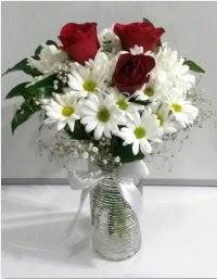 cam vazoda 3 adet kırmızı gül ve papatyalar  Ankara hediye sevgilime hediye çiçek