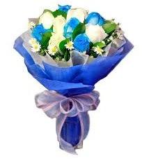 5 mavi gül 6 beyaz gülden buket  Ankara çiçek siparişi sitesi