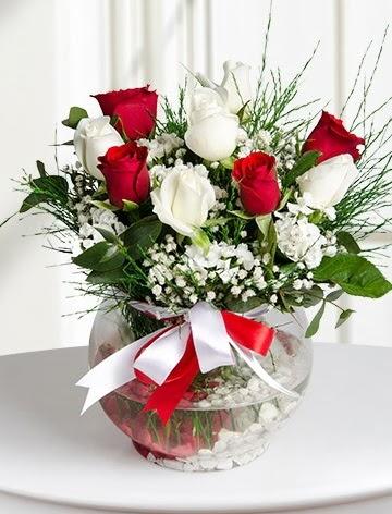 Aşk Küresi  5 beyaz 5 kırmızı gül fanusta  Ankara hediye sevgilime hediye çiçek