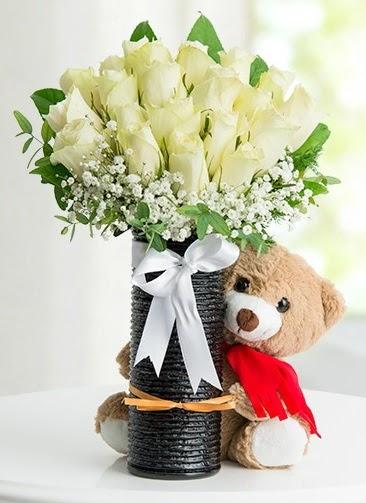 Cam vazoda 25 beyaz gül ve peluş ayı  Ankara çiçek , çiçekçi , çiçekçilik