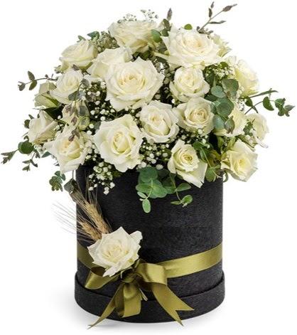 Kutu içerisinde 33 adet beyaz gül tanzimi  Ankara çiçek siparişi vermek